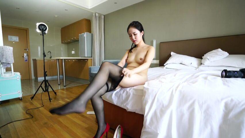 最新众筹风吟鸟唱非常可爱嫩模美眉酒店大尺度私拍黑丝红高跟1080P高清无水印版